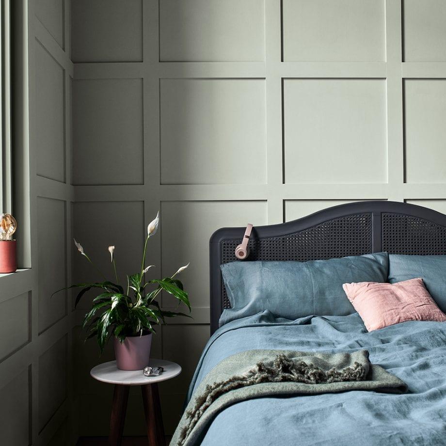 бледно-зеленая спальня