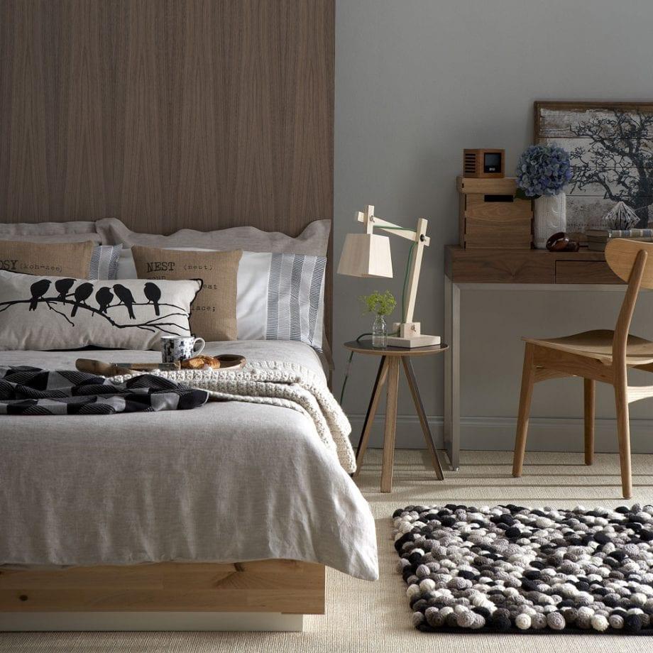 теплая коричневая спальня