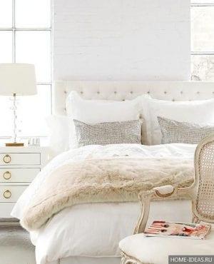Интерьер спальни в светлых тонах со светлой мебелью