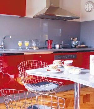 Красные кухни: хорошая идея для маленьких квартир