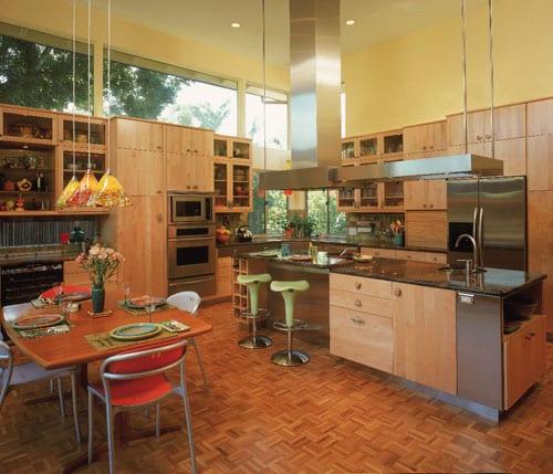 Натуральные оттенки дерева для интерьера кухни