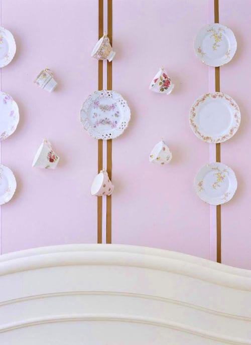 Простые приемы оформления стен фотографиями и тарелками