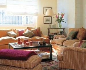 Уютный интерьер в гостиной с белыми стенами