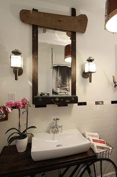 Ванная комната с велосипедом в ретро-стиле